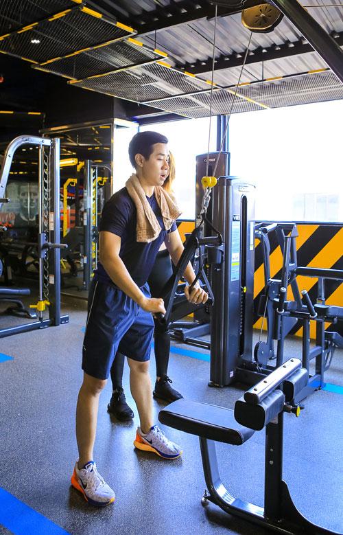 mc nguyen khang khoe co the san chac ben nguoi mau quynh mai - 4