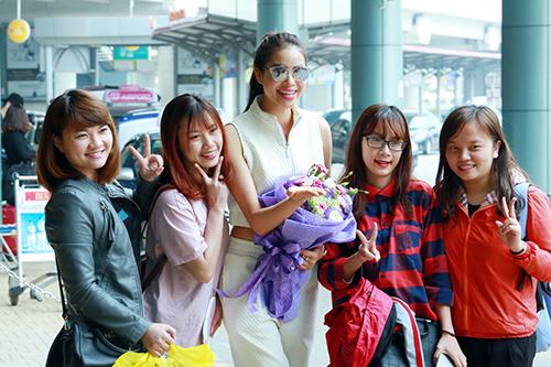 hoa hau pham huong khoe eo thon o san bay - 6
