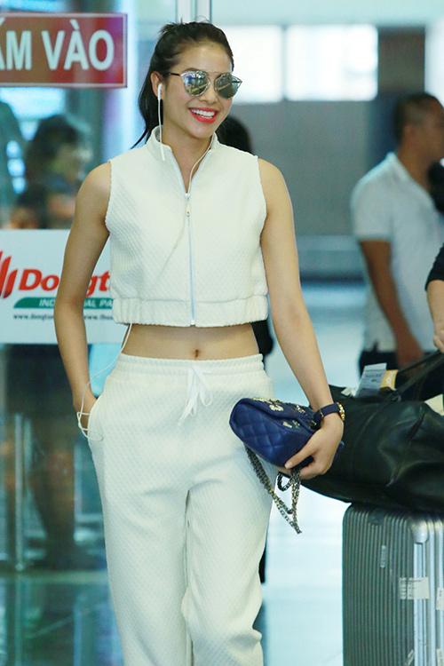 hoa hau pham huong khoe eo thon o san bay - 1