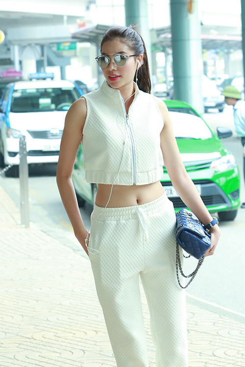 hoa hau pham huong khoe eo thon o san bay - 4