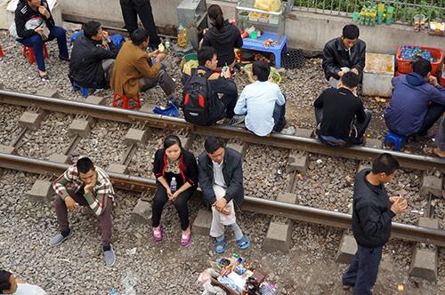 rung minh canh ngoi tren duong ray tau hoa cho kham benh - 3