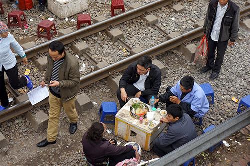 rung minh canh ngoi tren duong ray tau hoa cho kham benh - 4