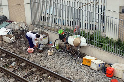 rung minh canh ngoi tren duong ray tau hoa cho kham benh - 6