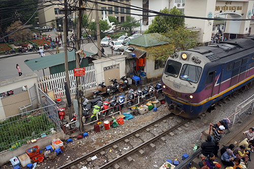rung minh canh ngoi tren duong ray tau hoa cho kham benh - 7