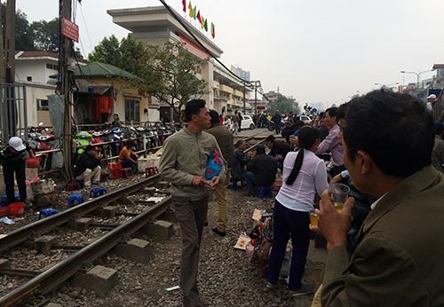 rung minh canh ngoi tren duong ray tau hoa cho kham benh - 11
