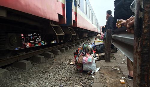 rung minh canh ngoi tren duong ray tau hoa cho kham benh - 10