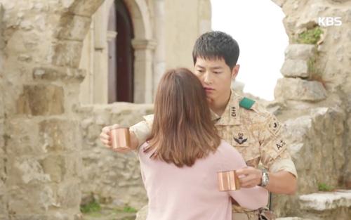 Song Joong Ki đứng bất động khi được Song Hye Kyo ôm ấp-3