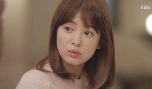 Song Joong Ki đứng bất động khi được Song Hye Kyo ôm ấp-13