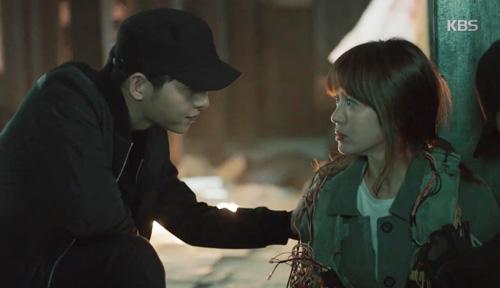 Song Joong Ki đứng bất động khi được Song Hye Kyo ôm ấp-5