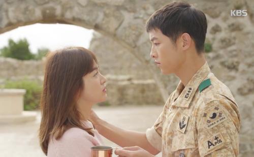 Song Joong Ki đứng bất động khi được Song Hye Kyo ôm ấp-1