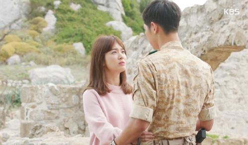 Song Joong Ki đứng bất động khi được Song Hye Kyo ôm ấp-2