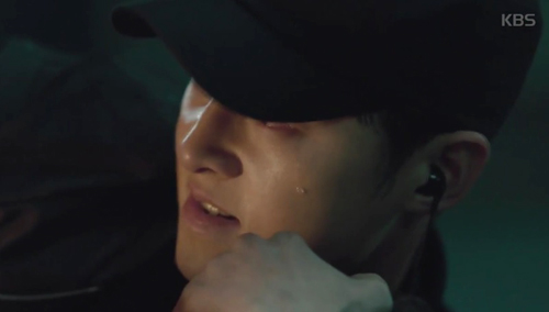 Song Joong Ki đứng bất động khi được Song Hye Kyo ôm ấp-7