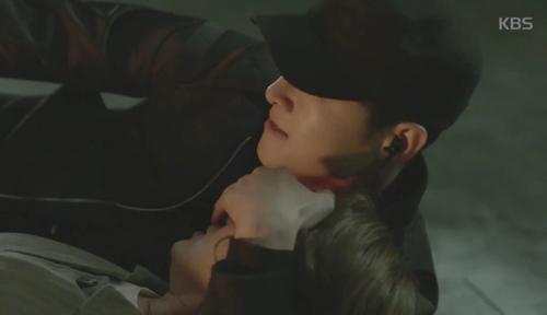 Song Joong Ki đứng bất động khi được Song Hye Kyo ôm ấp-6