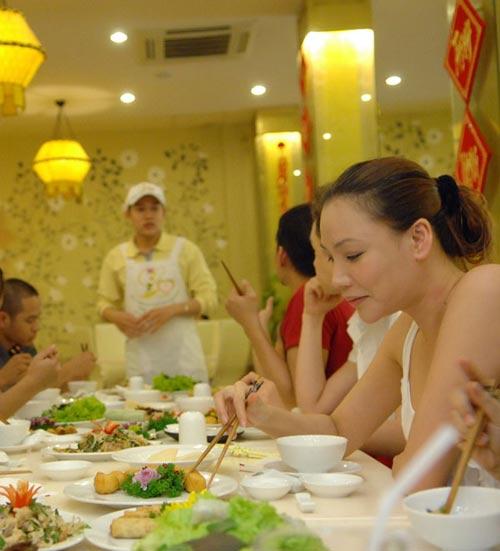 Hồ Quỳnh Hương mặt mộc đi ăn chay - 2