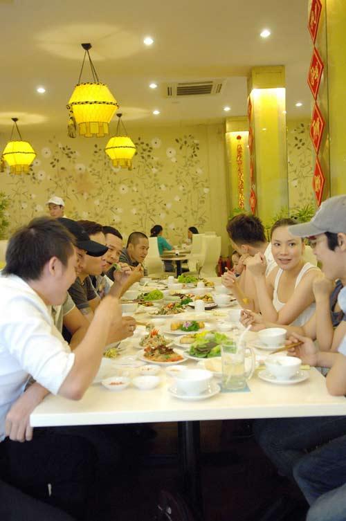 Hồ Quỳnh Hương mặt mộc đi ăn chay - 3