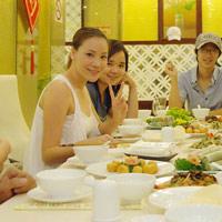 Hồ Quỳnh Hương mặt mộc đi ăn chay