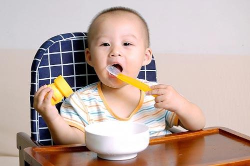 Cách hay trị 'bệnh' ngậm cơm của trẻ - 1