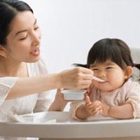 Cách hay trị 'bệnh' ngậm cơm của trẻ