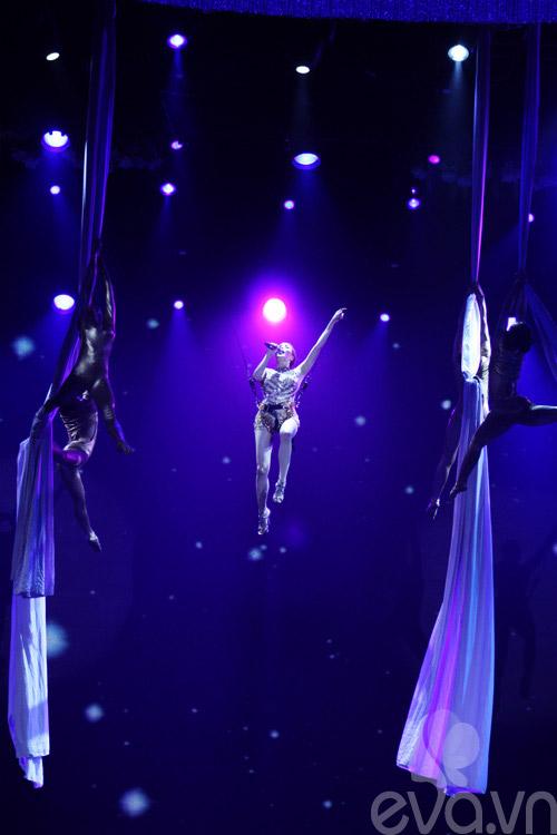 Nhìn lại những 'chiêu độc' trong live show của Hồ Quỳnh Hương - 1