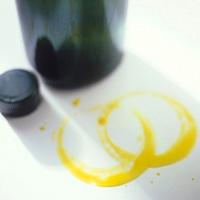 Làm sạch vết mực, vết dầu mỡ trên quần áo