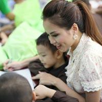 Hoa hậu Diễm Hương giản dị đi làm từ thiện