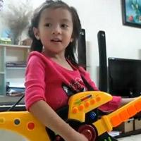 """Bé gái Việt 4 tuổi hát """"Trouble is a friend"""" siêu 'cute'"""
