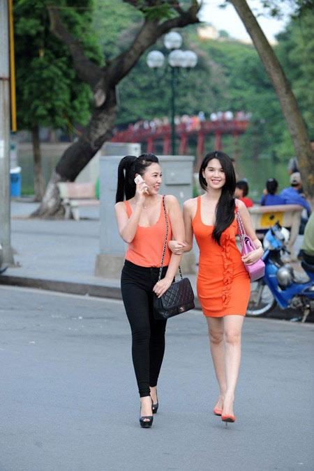 'Nữ hoàng đồ lót' Ngọc Trinh tự tin dạo phố Hà Nội - 1