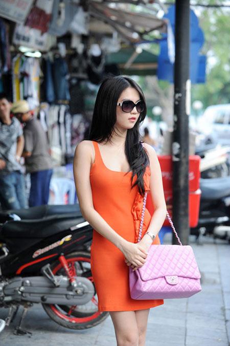 'Nữ hoàng đồ lót' Ngọc Trinh tự tin dạo phố Hà Nội - 4