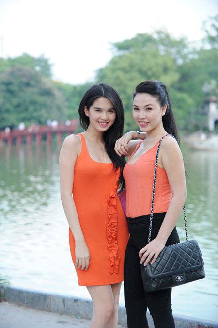 'Nữ hoàng đồ lót' Ngọc Trinh tự tin dạo phố Hà Nội - 5