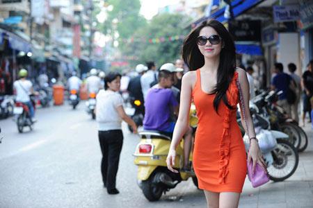 'Nữ hoàng đồ lót' Ngọc Trinh tự tin dạo phố Hà Nội - 7
