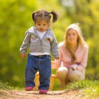 Tập cho bé đi tránh bị chân kiềng