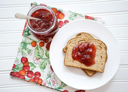 Tự làm mứt dâu tây ăn với bánh mì - 7
