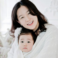 Lee Young Ae rạng rỡ khoe con yêu