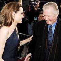 Angelina Jolie chưa báo tin đính hôn cho bố