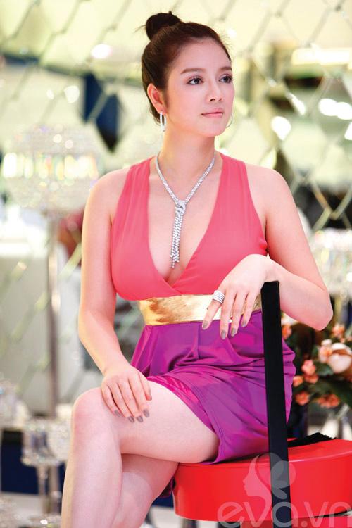 Lý Nhã Kỳ diện váy hồng khoe da trắng mịn - 1