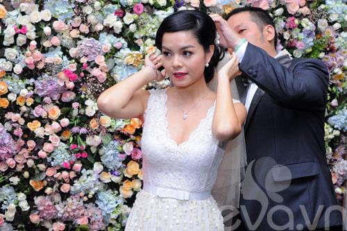 Quỳnh Anh và chú rể thắm thiết trong đám cưới - 1
