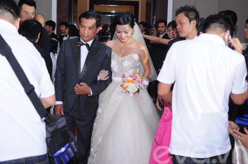 Quỳnh Anh và chú rể thắm thiết trong đám cưới - 3