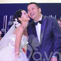 Quỳnh Anh và chú rể thắm thiết trong đám cưới
