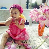 """""""Bắt quả tang"""" bé Yumi ngồi nếm... hoa sen"""