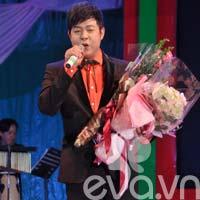 """Quang Lê nhận """"mưa hôn"""" trong liveshow"""