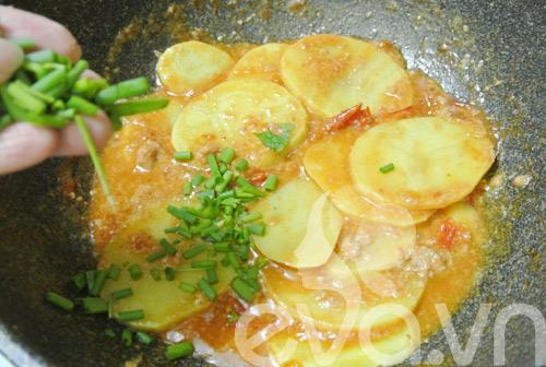 Đổi món với khoai tây xào pate - 6