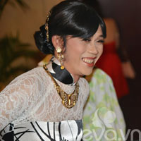 Hoài Linh giả gái, mặc áo dài đi ăn cưới Hồng Tơ