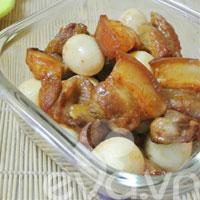 Thơm ngậy thịt om trứng cút nước dừa