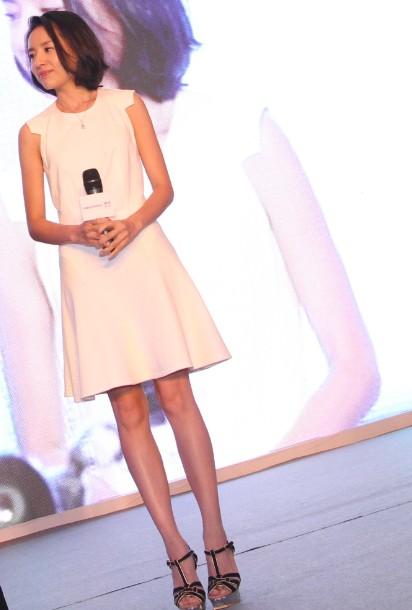 Mặc váy ngắn trẻ trung như Đổng Khiết - 1