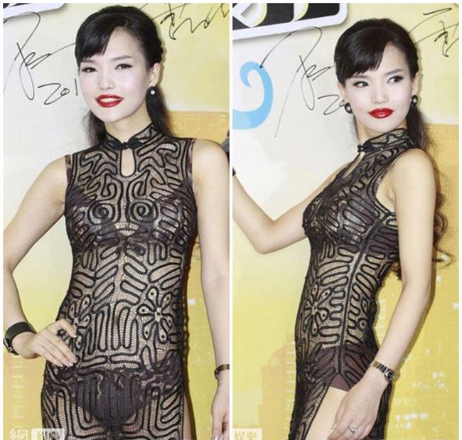 Trang phục truyền thống của Trung Hoa giờ đây cũng được các người đẹp giải trí 'thêm mắm thêm muối' cho hợp với thời đại bằng những đường xẻ rất táo bạo. Xường xám có thể được làm từ chất liệu trong suốt, xuyên thấu như bộ cánh này của Vũ Kỳ