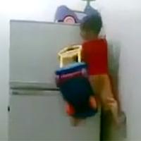 Sốt clip bé 4 tuổi leo tủ lạnh thoăn thoắt