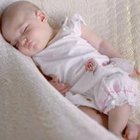 Bé dưới 1 tuổi có nên nằm võng?