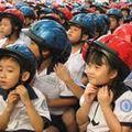 Tin tức - Phụ huynh ủng hộ đội mũ bảo hiểm cho con