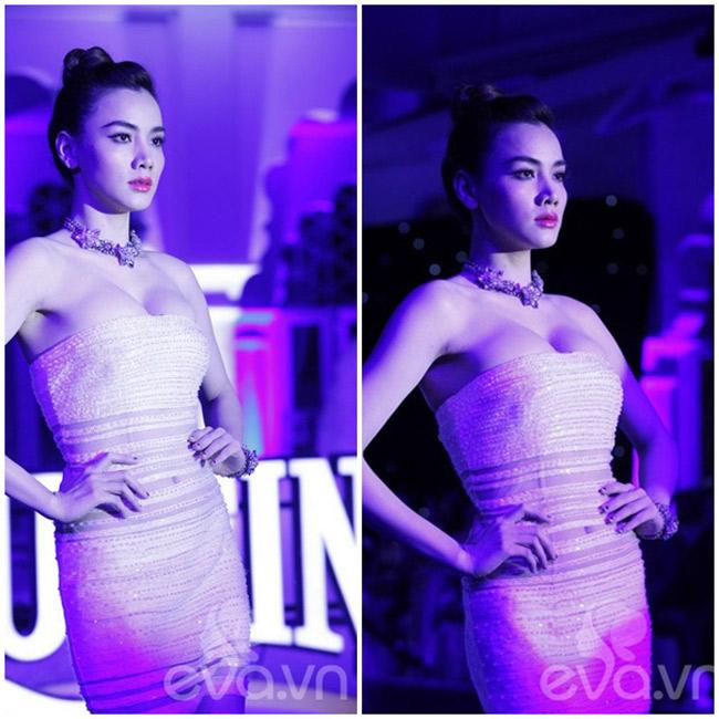 Là người mẫu nhưng Trang Nhung sở hữu vòng 1 siêu khủng. Cô cũng thường o ép nó trong những bộ váy cực ôm sát.
