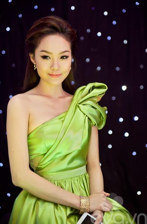 minh hang xinh nhu cong chua ngoi ghe nong - 3